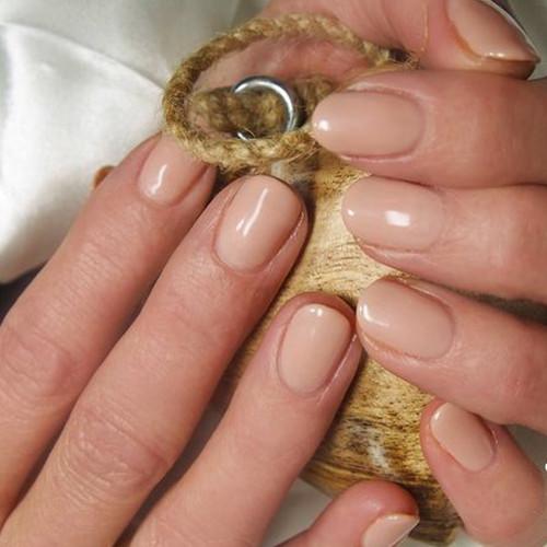 Гель-лак Bluesky 80564 (светло-бежевый) на ногтях